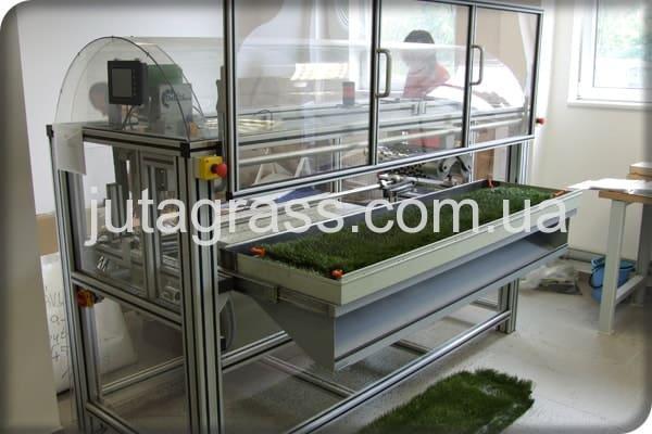 Фото тестирования синтетического покрытия JUTAgrass в лаборатории в Чехии Европа