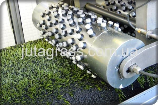 Фото c завода по производству искусственного газона JUTAgrass - тестирование на истирание искусственной травы